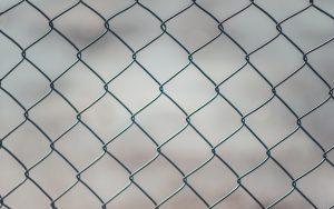 Обязан ли собственник земельного участка обносить его  забором?