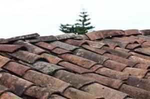 Кто ремонтирует крышу, если она протекла или разрушается